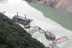 <p>Vista aérea de prédios submersos no lago formado após os terremotos que atingiram Beichuan, na China. O país retirou outras 150 mil pessoas das proximidades do lago por temer uma grande inundação, afirmaram na quarta-feira meios de comunicação oficiais. Photo by China Daily</p>