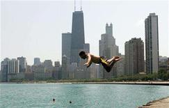 <p>Ken Schiffer dives into Lake Michigan in Chicago July 31, 2006. REUTERS/Frank Polich</p>