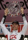 <p>Il tedesco Jens Voigt celebra la vittoria della 18esima tappa del Giro d'Italia, da Mendrisio a Varese, il 29 maggio 2008. REUTERS/Alessandro Garofalo (Italia)</p>
