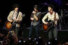 <p>La banda juvenil The Jonas Brothers tocando en el 'Early Show' de la cadena CBS en Nueva York. 21 mar,2008. La banda juvenil The Jonas Brothers seleccionó la canción 'Burnin' Up' como el primer sencillo de su próximo álbum, 'A Little But Longer', que llegará a las tiendas el 12 de agosto. La canción será acompañada por un video musical 'cargado de acción y aventura al estilo de James Bond', según el sello del grupo, Hollywood Records, perteneciente a Disney. Photo by (C) KEITH BEDFORD / REUTERS/Reuters</p>