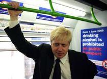 <p>Il nuovo sindaco di Londra Boris Johnson in un treno della metropolitana a Londra, il 7 maggio 2008. REUTERS/Dylan Martinez</p>