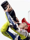<p>Valentino Rossi della Yamaha festeggia dopo aver vinto il Gran premio d'Italia al Mugello. REUTERS/Giampiero Sposito (ITALY)</p>