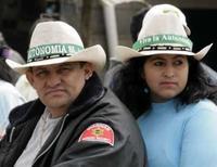 <p>Eleitores a favor da autonomia em Trinidad, Bolívia, 1o de junho de 2008   REUTERS. Photo by David Mercado</p>