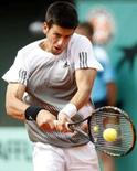 <p>O sérvio Novak Djokovic joga contra Paul-Henri Mathieu em Roland Garros, Paris. Photo by Vincent Kessler</p>