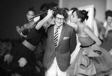<p>Foto de archivo del diseñador francés Yves Saint Laurent, en París, Oct 21, 1987. El rey de la moda, el francés Yves Saint Laurent (en la foto), alabado por haber revolucionado la manera en que se visten las mujeres, murió el domingo a los 71 años por motivos que no fueron develados, aunque su salud atravesaba problemas en los últimos tiempos. Saint Laurent, cuyas creaciones de alta costura le garantizaron un estatus artístico alrededor del mundo, gobernó en el mundo de la moda francesa desde que tenía 21 años gracias a diseños innovadores que lo convirtieron en un ícono cultural del siglo XX. Photo by Luc Novovitch/Reuters</p>