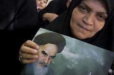 <p>Un mujer sostiene una imágen del fallecido líder revolucionario de Irán, ayatollah Ruhollah Khomeini, en Teherán, Jun 2, 2008. El presidente de Irán dijo el lunes que Israel desaparecerá pronto del mapa y que el 'poder satánico' de Estados Unidos se enfrentaba a la destrucción, en su último ataque verbal contra los archienemigos de la república islámica. El presidente Mahmoud Ahmadinejad habló en una reunión de invitados extranjeros celebrando el 19no aniversario esta semana de la muerte del líder revolucionario de Irán, ayatollah Ruhollah Khomeini, en 1989, señaló la agencia de noticias oficial IRNA. Photo by Morteza Nikoubazl/Reuters</p>