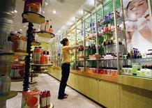 <p>Meleta Smith cleans the shelves at a store at the Calgary International airport August 19, 2006. REUTERS/Todd Korol</p>