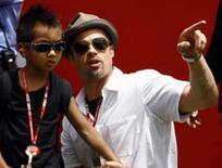 <p>O ator norte-americano Brad Pitt e o filho Maddox durante MotoGP Italiano de motociclismo. Pitt vai fazer parte de uma equipe de consultores indicados para projetar um novo hotel cinco estrelas e centro de lazer em Dubai, anunciou na segunda-feira a construtora Zabeel Properties. Photo by Stefano Rellandini</p>