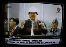 <p>O presidente boliviano Evo Morales é visto na TV estatal da Bolívia, durante cerimônia de nacionalização da Transredes, dia 2 de junho. Dois departamentos amazônicos da Bolívia aprovaram sua autonomia em referendos realizados no domingo, juntando-se a Santa Cruz no desafio à nova Constituição promovida pelo governo esquerdista de Evo Morales. Photo by David Mercado</p>
