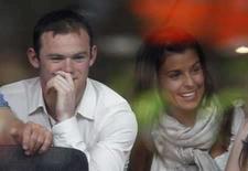 <p>El delantero de la selección de fútbol de Inglaterra Wayne Rooney (en la foto) dio el martes una disculpa formal en el Tribunal Supremo de ese país para su ex técnico en el Everton David Moyes, y acordó pagar una indemnización por los daños ocasionados por lo que dijo en su autobiografía. El entrenador demandó a Rooney, atacante del Manchester United, por libelo después de que el jugador publicara su autobiografía 'Wayne Rooney -- My Story So Far' en el 2006. Photo by Nigel Roddis/Reuters</p>