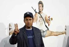 <p>Adam Sandler durante la premiere de su película 'You Don't Mess with the Zohan' en Hollywood, Estados Unidos. 28 mayo, 2008. El comediante Adam Sandler ha interpretado a un cantante de bodas, a un aguador, un bombero que aparenta ser gay y al hijo del diablo. Por lo que era sólo cuestión de tiempo antes de que terminara interpretando a un duro comando israelí que secretamente desea ser peluquero, la extravagante premisa detrás de 'You Don't Mess With The Zohan', su nueva comedia que se estrena este viernes en los cines de Estados Unidos. Photo by Mario Anzuoni/Reuters</p>