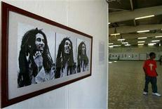 <p>A reggae fan looks at photographs of Bob Marley at an exhibition in Ethiopia's capital Addis Ababa, February 4, 2005. REUTERS/Antony Njuguna</p>
