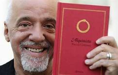 <p>El escritor brasileño Paulo Coelho sostiene una copia de su libro 'El alquimista' en Avilés, al norte de España.29 mayo,2008. Sexo, drogas, rock, satanismo y después... redención. Así es como el biógrafo Fernando Morais describe la vida de Paulo Coelho, el más vendido escritor brasileño que ha sido traducido a más de 60 idiomas. Morais acaba de entregar 'O Mago', un libro de 632 páginas que vendió mas de 10.000 ejemplares en Brasil en su primer día en las librerías. El editor Planeta prevé llevar la biografía del autor de 'El Alquimista' a otros 40 países. Photo by (C) ELOY ALONSO / REUTERS/Reuters</p>