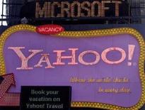 <p>La scritta Microsoft scorre sopra una pubblicità di Yahoo a New York, il 19 maggio 2008. REUTERS/Joshua Lott</p>