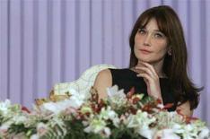 <p>La cantante, modella e first lady di Francia, Carla Bruni-Sarkozy, il 28 aprile 2008, in Tunisia. REUTERS/Christophe Ena/Pool</p>