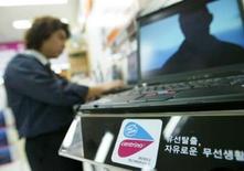 <p>La commission de régulation de la concurrence de Corée du Sud (KFTC) a condamné Intel à une amende de 26 milliards de wons (16,5 millions d'euros) pour abus de position dominante. /Photo d'archives/REUTERS/Kim Kyung-Hoon</p>