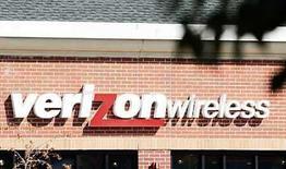 <p>La compañía británica de telefonía móvil Vodafone confirmó el jueves que la estadounidense Verizon Wireless, de la cual posee una participación del 45 por ciento, maneja avanzadas conversaciones por la compra del proveedor de servicios móviles norteamericano Alltel Corp. Verizon Wireless está cerca de adquirir Alltel en unos 27.000 millones de dólares, incluidos los cerca de 23.000 millones correspondientes a su deuda, informó el miércoles a Reuters una fuente cercana a las negociaciones. Photo by (C) RICK WILKING / REUTERS/Reuters</p>