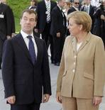 <p>Канцлер Германии Ангела Меркель (справа) во время церемонии встречи президента РФ Дмитрия Медведева в Берлине, 5 июня 2008 года. Президент России Дмитрий Медведев в четверг призвал заключить новый, более всеобъемлющий договор о безопасности в Европе, который бы разрешил основные противоречия, разделяющие континент. (REUTERS/Tobias Schwarz)</p>