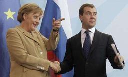 <p>Канцлер Германии Ангела Меркель (слева) и президент РФ Дмитрий Медведев после совместной пресс-конференции в Берлине, 5 июня 2008. Президент России Дмитрий Медведев использовал свой первый официальный визит на Запад для укрепления более тесного сотрудничества в области энергетики с Германией, а также выразил надежду, что Берлин поможет снять напряженность в отношениях ЕС и России. (REUTERS/Tobias Schwarz)</p>