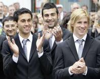 <p>Espanha é última seleção a chegar para Eurocopa.  Os jogadores Alvaro Arbeloa, Raul Albiol e Fernando Torres aplaudem recepção na cidade austríaca de Neustift. 5 de junho. Photo by Michaela Rehle</p>