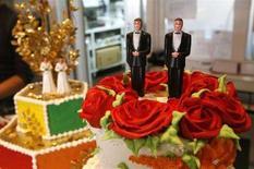 <p>Свадебный торт для бракосочетания геев. Верховный суд Калифорнии в среду разрешил гомосексуальные свадьбы, поскольку они могут принести прибыль Сан-Франциско и прочим городам штата. (REUTERS/Mario Anzuoni)</p>