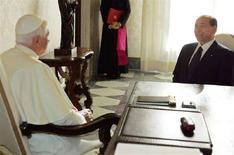 <p>Silvio Berlusconi con Papa Benedetto XVI durante il loro incontro nel novembre del 2005. REUTERS/Chris Helgren</p>