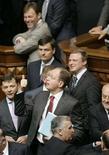 <p>Украинские парламентарии в Киеве 13 мая 2008 года. Действующая коалиция в парламенте Украины утратила статус большинства, сократившись до 225 депутатов и создав потенциальную угрозу для дальнейшего функционирования правительства (REUTERS/Konstantin Chernichkin)</p>