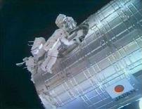 <p>Gli astronauti Mike Fossum (a sinistra) e Ron Garan (a destra) lavorano alla parte esterna del modulo Kibo, il 5 giugno 2008. REUTERS/NASA TV (Usa).</p>