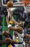 <p>O ala do Boston Celtics Paul Pierce supera a marcação de Lamar Odom, do Los Angeles Lakers, durante Jogo 1 da final da NBA, na quinta-feira, em Boston. Photo by Mike Segar</p>