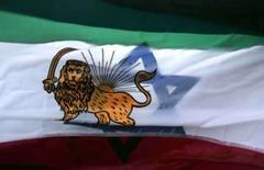 <p>Mulher iraniana carrega bandeiras israelense e iraniana durante manifestação em Berlim, em imagem de arquivo. Um ataque israelense contra territórios iranianos parece 'inevitável', disse na sexta-feira um dos vices do premiê israelense Ehud Olmert. Photo by Tobias Schwarz</p>