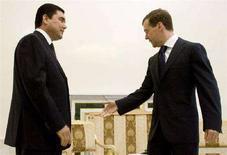 <p>Президент России Дмитрий Медведев (справа) с туркменским коллегой Курбанкули Бердымухамедовым в Санкт-Петербурге 6 июня 2008 года. Медведев в июле посетит с официальными визитами Азербайджан и Туркмению, двух крупных поставщиков энергоресурсов в регионе. (REUTERS/Sergei Karpukhin)</p>