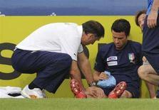 <p>Christian Panucci viene medicato dopo l'infortunio. REUTERS/Tony Gentile</p>