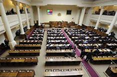<p>Новый парламент Грузии, в котором по итогам выборов в мае конституционное большинство сохранила партия президента страны Михаила Саакашвили, проводит первое заседание в Тбилиси 7 июня 2008 года. Пустые места принадлежат представителям оппозиции, которые бойкотировали заседание. (REUTERS/Irakli Gedenidze/Pool)</p>