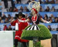 <p>Cerimônia de abertura da Euro 2008 tem valsa e celebridades. A Suíça deu início à Euro 2008 com uma cerimônia de abertura alpina, na Basiléia, neste sábado, com cenário de montanhas e muita valsa. 7 de junho. Photo by Jerry Lampen</p>