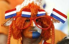 <p>Le ministère néerlandais de la Santé a conclu, après des études, qu'environ 30% des perruques et boas peuvent facilement s'enflammer au contact d'une cigarette ou d'un briquet, et a lancé samedi une mise en garde aux supporters de l'équipe nationale. /Photo d'archives/REUTERS/Denis Balibouse</p>