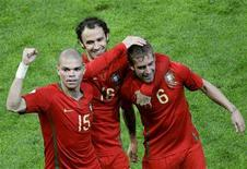 <p>Portugal's Raul Meireles (R) celebrates his goal with team mates Ricardo Carvalho (C) and Pepe during their Group A Euro 2008 soccer match against Turkey at the Stade de Geneve in Geneva, June 7, 2008. REUTERS/Ruben Sprich</p>