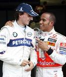 <p>Il pilota McLaren Lewis Hamilton (d) con il pilota di BMW Sauber Robert Kubica al Grand Prix di Montreal. REUTERS/Chris Wattie</p>