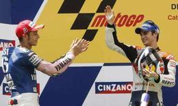 <p>Il pilota Honda di MotoGP Dani Pedrosa (d) applaudito da Valentino Rossi, secondo sul podio del Gp di Catalogna. Reuters/Albert Gea</p>