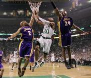 <p>Ray Allen (centro) do Boston Celtics arremessa entre Derek Fisher (esq) e Kobe Bryant, do Lakers, durante partida pela findal da NBA, dia 8 de junho. O Boston Celtics resistiu à pressão dos Los Angeles Lakers e venceu a partida de domingo por 108 a 102, abrindo assim 2 a 0 nas finais da NBA, que é disputada em melhor de sete jogos. Photo by Brian Snyder</p>