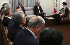 <p>Para líder do Irã, presença dos EUA é problema para Iraque. Líder supremo do Irã, o aiatolá Ali Khamenei (direita), conversa com o primeiro-ministro iraquiano, Nuri al-Malik (centro), e o vice-presidente iraniano Parviz Davoudi (esquerda) durante reunião em Teerã. 9 de junho. Photo by Stringer</p>