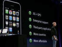 <p>Presidente-executivo da Apple, Steve Jobs, faz anúncio de nova versão do iPhone. O modelo é compatível com redes 3G e tem função de navegação por satélite. Photo by Kimberly White</p>