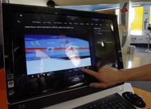 <p>Assistente apresenta o computador TouchSmart All-in-One da Hewlett-Packard, em Berlim, dia 10 de junho. A HP, maior fabricante mundial de computadores, lançou uma nova geração de computadores pessoais com telas sensíveis ao toque, projetada para expandir o uso do computador de seu nicho e se estender para um mercado mais amplo. Photo by Tobias Schwarz</p>