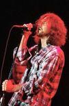 <p>Eddie Vedder, frontman dei Pearl Jam, durante un'esibizione live. REUTERS/Vincent West(SPAIN)</p>