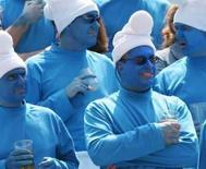 <p>Smurfs vão virar filme para comemorar 50 anos. Torcedores em jogo de rugbi vestidos como os personagens do desenho. Os Smurfs, gnomos azuis de chapéus brancos, vão comemorar o 50o aniversário do desenho com um filme no cinema. 19 de março 2005. Photo by $Byline$</p>