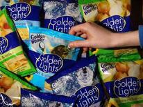 <p>Sacchetti di patatine in un negozio del Leicestershire, Inghilterra (foto d'archivio). REUTERS/Darren Staples</p>