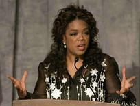 <p>La presentadora de televisión Oprah Winfrey, recibiéndo el premio Lincoln al liderazgo en Chicago.La presentadora de televisión Oprah Winfrey fue elegida la celebridad más poderosa del mundo por segundo año consecutivo y por quinta vez en total, de acuerdo a la lista 2008 de la revista Forbes publicada el miércoles. Photo by (C) FRANK POLICH / REUTERS/Reuters</p>