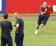 <p>O técnico da seleção holandesa Marco van Basten (centro) e John van 't Schip observan o jogador Arjen Robben (dir) durante treino dia 12  dejunho. O meia-atacante holandês recuperou-se de uma contusão na virilha e poderá enfrentar a França no duelo do Grupo C da Euro 2008, disse nesta quinta-feira o treinador Marco van Basten. Photo by Michael Kooren</p>