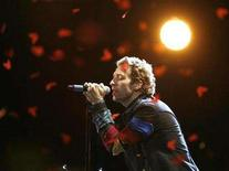 <p>Chris Martin of Coldplay performs at the 2008 MTV Movie Awards in Los Angeles June 1, 2008. REUTERS/Mario Anzuoni</p>