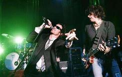 <p>Lead singer Scott Weiland (L) and guitarist Dean DeLeo of Stone Temple Pilots perform in West Hollywood, California in this April 7, 2008 file photo. REUTERS/Mario Anzuoni</p>