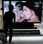 <p>El fabricante japonés de artículos electrónicos Sharp dijo el viernes que el próximo mes comenzará a vender la pantalla de cristal líquido (LCD) más grande del mundo, una rememoranza de lo que alguna vez fue una acalorada carrera por el tamaño entre los fabricantes de televisores. La pantalla de 108 pulgadas, que tendrá un precio de 11 millones de yenes (102.100 dólares), se producirá bajo pedido y se venderá sobre todo a empresas, explicó Sharp . Photo by (C) MICHAEL CARONNA / REUTERS/Reuters</p>